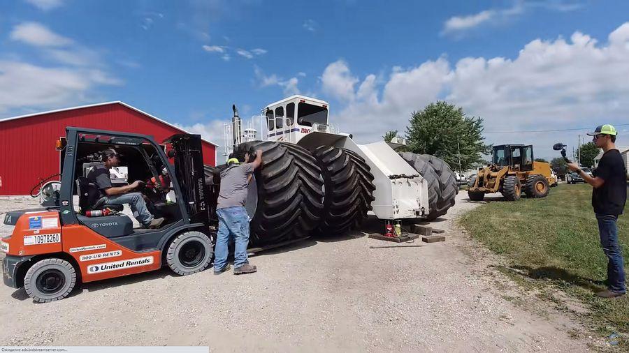 Шиномонтаж для самого большого трактора в мире